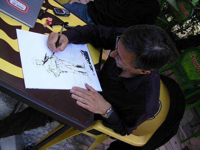 Fabio Civitelli desenhando na esplanada do jardim