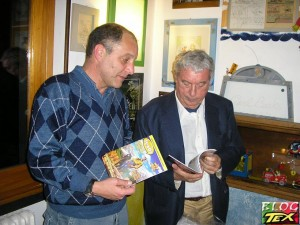Júlio Schneider apresentando a revista Texbr a Sergio Bonelli