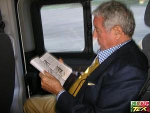 Sergio Bonelli apreciando o livro Tex no Brasil - O Grande Herói do Faroeste