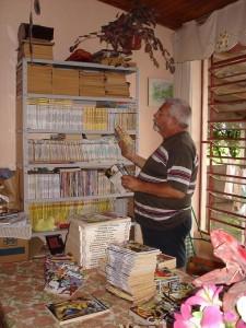 Ary Otávio Canabarro dos Santos arrumando a colecção