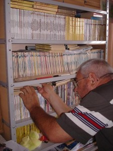 Ary Otávio Canabarro dos Santos mexendo na colecção