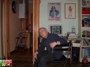 Malagutti sentado no estúdio