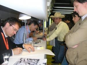 Bianchini e Civitelli desenhando Tex perante... Tex!