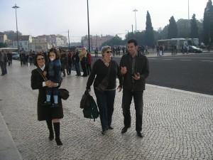 Fátima Francisco com Ana Beatriz ao colo, Tizziana Giorgini e Camilo Prieto passeando por Lisboa