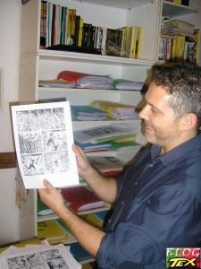 Moreno Burattini mostrando uma página original de Zagor