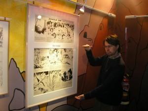 Pedro e uma prancha original e gigantesca de Flash Gordon por Alex Raymond